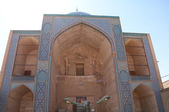 Yazd, Iran: Ingresso raggiunto dopo una breve scalinata