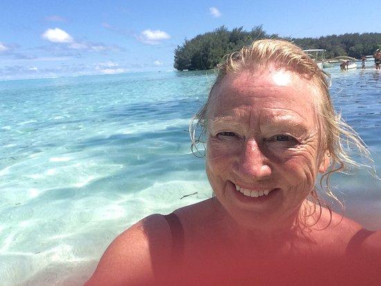 Coco beach Moorea: Coco Beach off Moorea—fantastic food and water and service made us so happy!