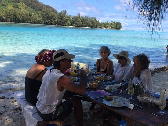 Coco beach Moorea: Seating, service and food at Coco Beach.  LOVED IT!
