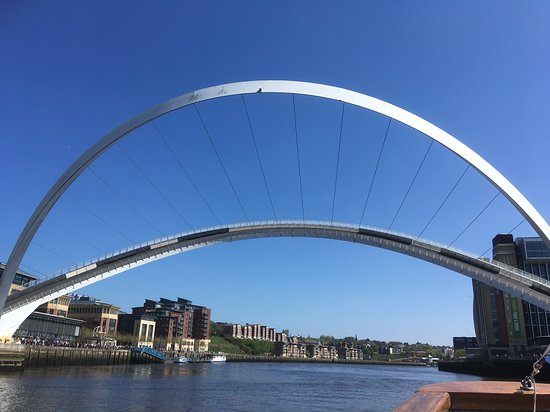 ‪Gateshead Millenium Bridge‬