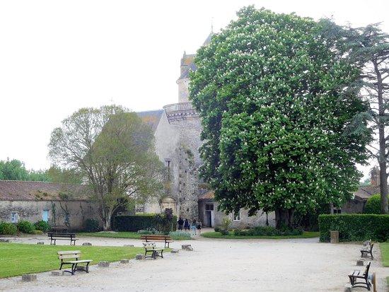 Apremont, France: vue de la cour et d'une tour
