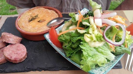 Valbonnais, Frankreich: Plat du jour, ardoise St Félicien chaud, saucisses de pays Pommes de terres