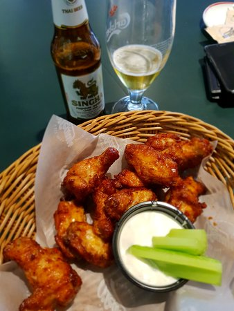Landvetter, Suécia: Buffalo chicken wings with singha beer