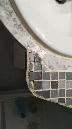 Oye-Plage, Frankreich: Contour lavabo salle de bain sale et on a l'impression que ce sont des enfants qui ont posés mos