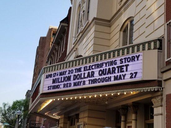 """Unter dem Broadway [ˈbɹɑːdweɪ] in New York City versteht man das Theaterviertel in Midtown Manhattan am Times Square zwischen der und der Straße und zwischen der Sixth und der Ninth orimono.ga diesem Viertel gibt es 41 große orimono.ga """"großes"""" Theater bietet Platz für oder mehr Zuschauer, die meisten Broadwaytheater haben weit über tausend Plätze."""