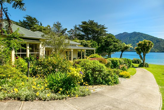 Endeavour Inlet, New Zealand: The graceful Mahana Lodge historic homestead.