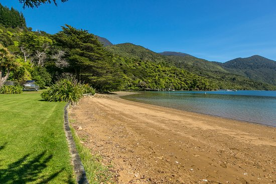 Endeavour Inlet, New Zealand: Mahana's lovely sweeping beach for you to explore.