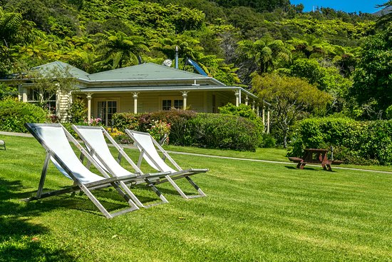 Endeavour Inlet, New Zealand: Relax in the loungers and enjoy the peaceful surroundings.
