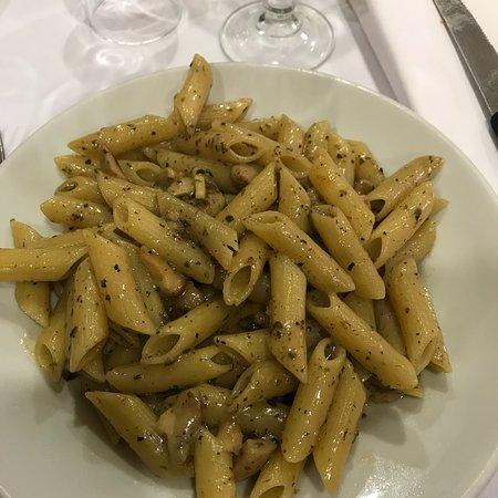 Bagnoli del Trigno, إيطاليا: Pizze da asporto, sottili e croccanti!  Sala interna. Primo piatto con funghi porcini e tartufo!