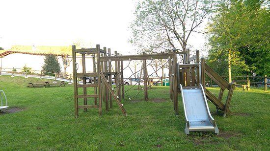 Zona verde con juegos infantiles y parque