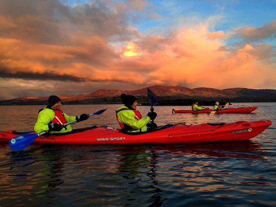 Kenmare, Irlanda: Paddle through the sunset and experience a magical display of bioluminescence.