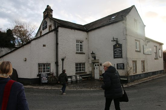 East Witton, UK: The beautiful 17th century Cover Inn at the lovely old bridge on the R.Cover