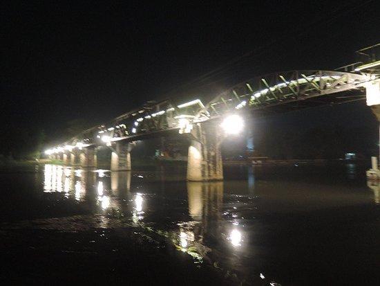 River Kwai: เงียบสงบไม่พลุกพล่านเหมือนตอนกลางวัน