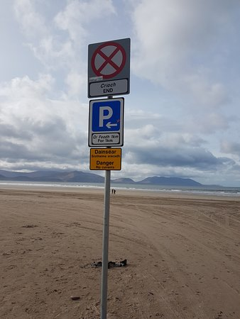 Inch, Irlandia: The beach is 4 miles long and allows car parking up to a mile long.