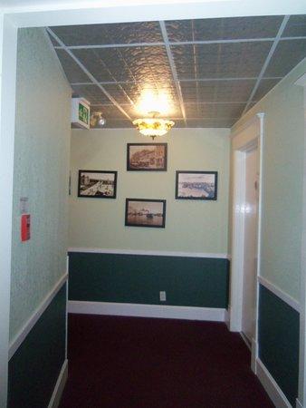James Bay Inn Hotel, Suites & Cottage Photo