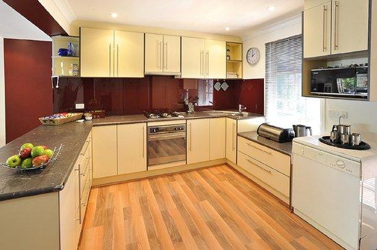 Kalorama, Avustralya: Verandah View Cottage Kitchen