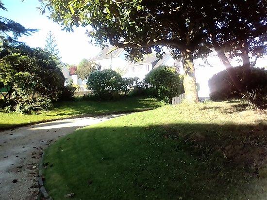 Pluguffan, France: Entrée de l'hôtel par un petit chemin.