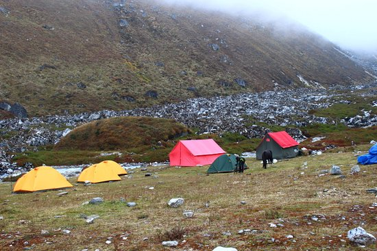 Yuksom, Индия: Tent between the mountains