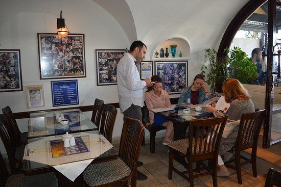 Arnavutkoy District, Turkey: Dış mekan dolu, siparişi verip dışarda masa boşalmasını bekleyeceğiz.