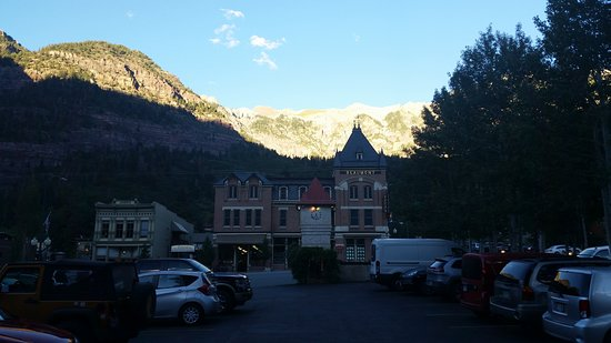 Ouray Chalet Inn: Sun going down from the hot tube area.
