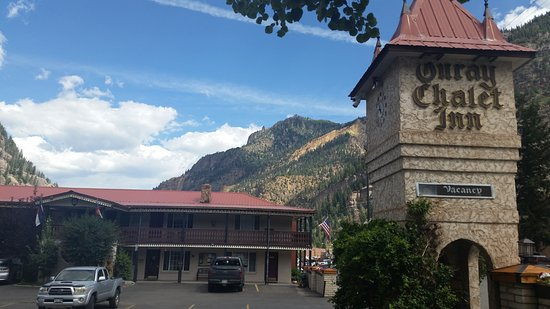Ouray Chalet Inn: SE corner of property facing north