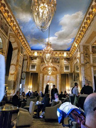 Hotel de Crillon: The main salon - stunning!