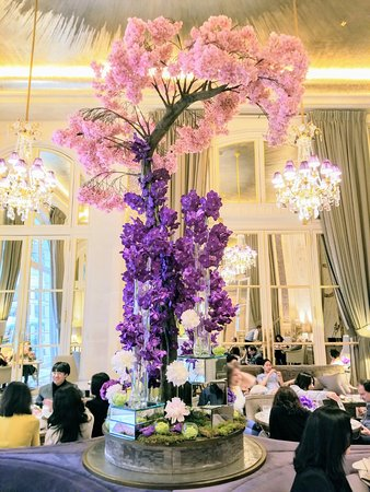 Hotel de Crillon: Over the top floral arrangement in the Tea Room