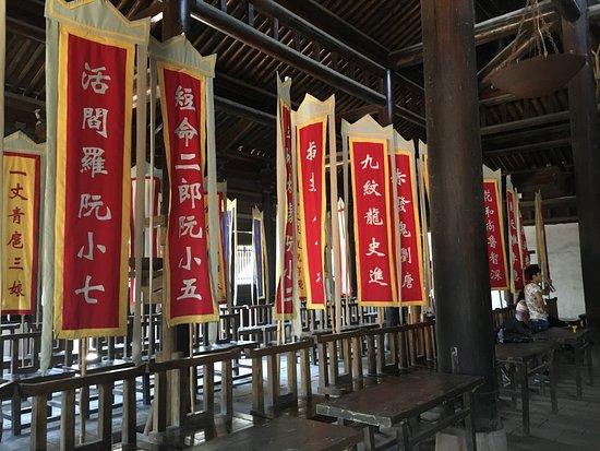 Liangshan County, จีน: 忠義堂の中。好きなキャラクターの旗を見つけるのも楽しい