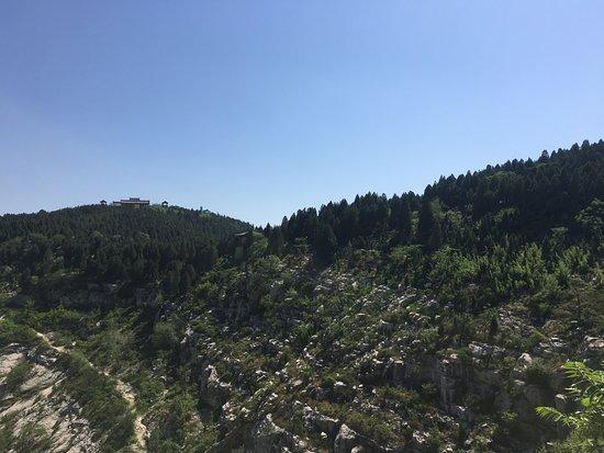 Liangshan County, จีน: 山の上に見えるのが忠義堂です。遠く見えますが、そんな辛くないです。