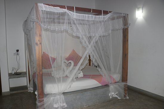 Handagedara Resort: The master bed in the main area