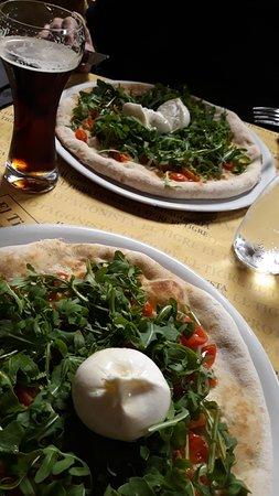 Carignano, Italia: Ottime queste pizze mediterranee con variazione: al posto della feta un'ottoma burrata.