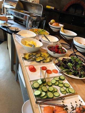 The Cedar House Sport Hotel: Hot breakfast is included!