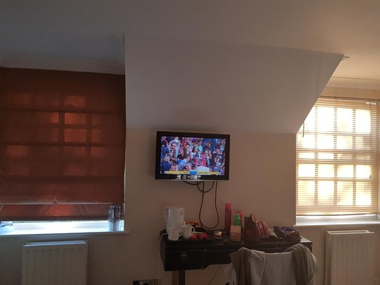 Maresfield, UK: Mismatching blinds that allowed light in, off centre TV & dressing table without mirror.