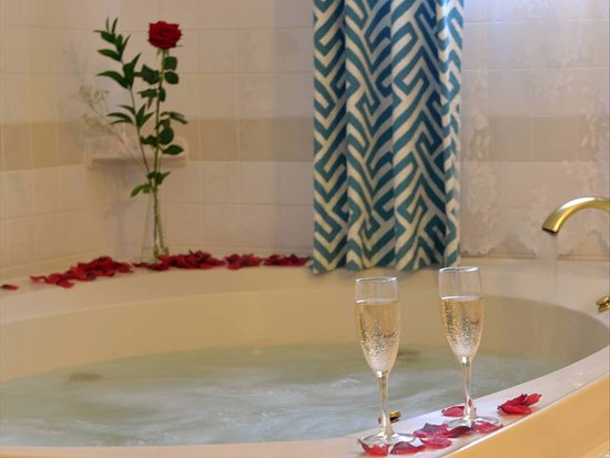 Beech Tree Inn and Cottage: King with Fireplace and Jacuzzi