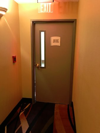 Warsaw, Carolina del Nord: FIre Rated door at the second floor no latching or seal.