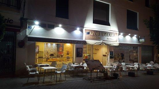 Sapori D'Italia : Fachada del local con su gran terraza exterior.