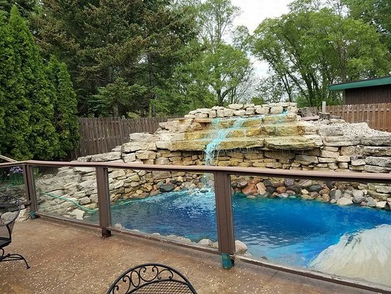 Round Barn Lodge: Waterfall patio