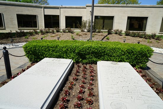 Independence, MO: Harry and Bess graves in the courtyard