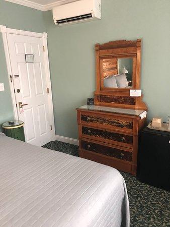 Albert Stevens Inn: Bedroom