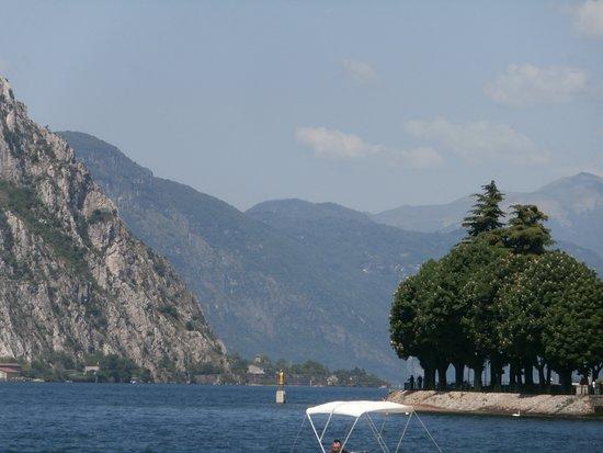 Lungolago Aldo Moro : Lago di Como con la statua color oro del S.Patrono Niccolò