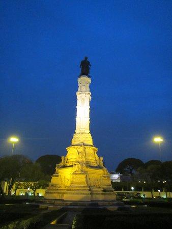Praca Afonso de Albuquerque: Statue in the center of the park