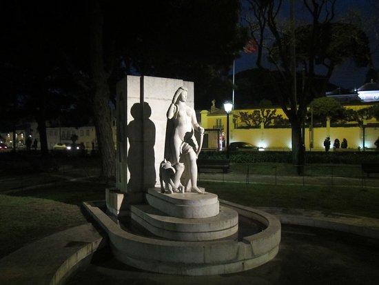 Praca Afonso de Albuquerque: Statue in a corner of the park #4