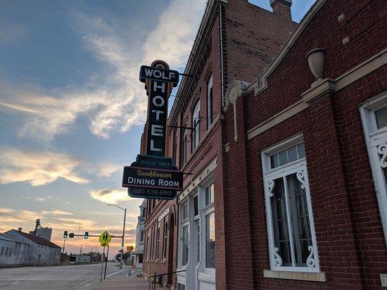 Ellinwood, Канзас: Exterior at sunset