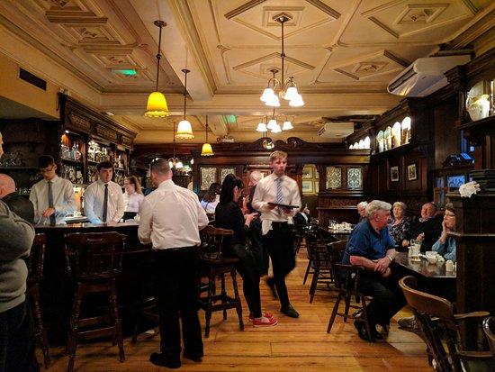 Ennis, Ireland: Old Ground Hotel Pub