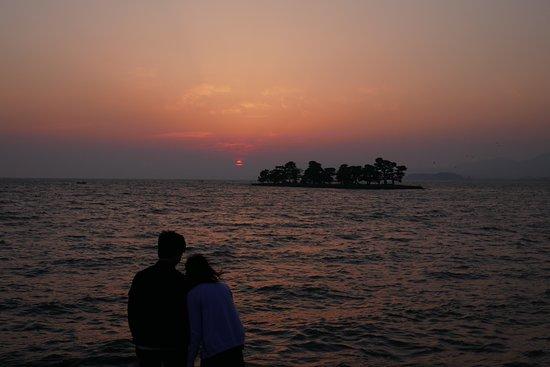 Shimane Prefecture, Japan: 宍道湖の洛陽を眺める恋人