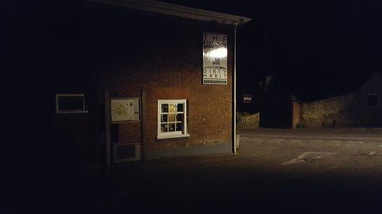 Hollingbourne, UK: Zo ziet de pub er bij nacht uit.