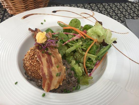 Cancon, فرنسا: Zacht ei in een croute van hazelnootjes - heerlijk !