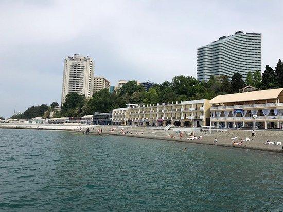 Morskaya Embankment: Вид на пляж с волнореза