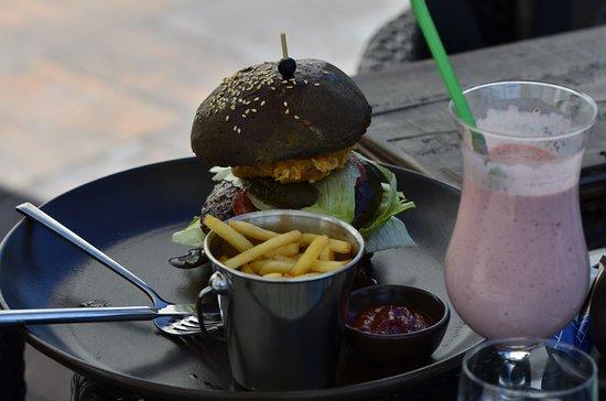 Golub-Dobrzyn, โปแลนด์: czarny burger wołowy