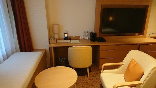 Keio Plaza Hotel Sapporo: 窓に向かっておかれたソファと丸テーブル